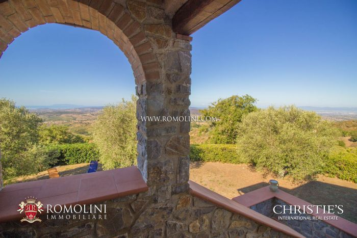 SCANSANO, TUSCANY: FARMHOUSE WITH SEA VIEW FOR SALE