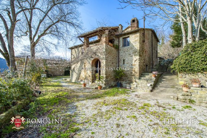 AGRITURISMO WITH RESTAURANT FOR SALE IN AREZZO, TUSCANY