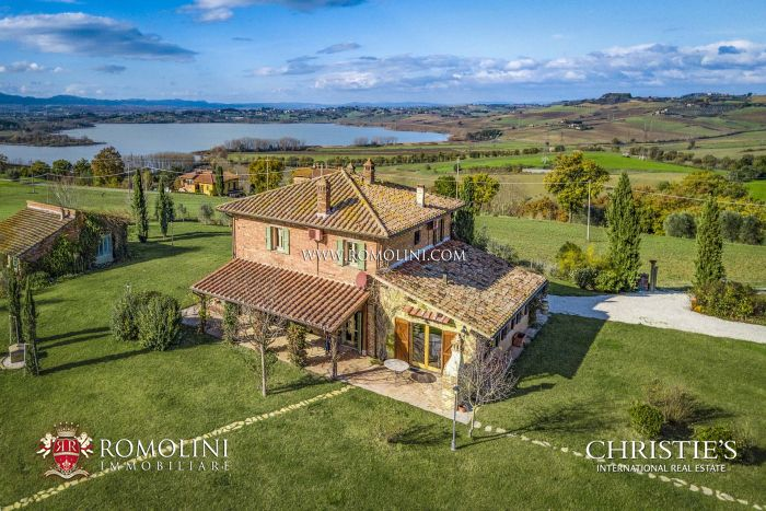 LAKE VIEW COUNTRY HOUSE FOR SALE IN UMBRIA, TRASIMENO LAKE