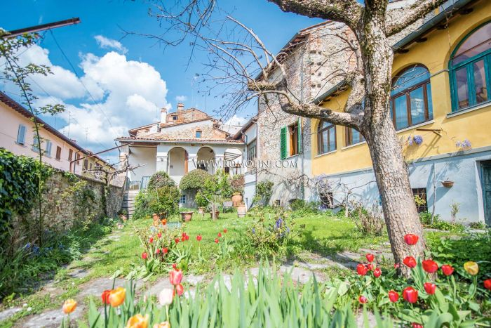 RESTORED TOWNHOUSE WITH GARDEN FOR SALE IN THE HISTORIC CENTER OF SANSEPOLCRO