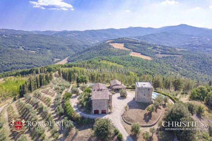 HAMLET WITH POOL AND TENNIS COURT FOR SALE AT THE BORDER BETWEEN UMBRIA AND TUSCANY