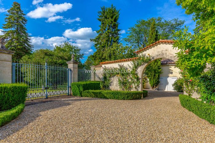 CHÂTEAU WITH HOBBY VINEYARD FOR SALE BETWEEN ST. ÉMILION AND BERGERAC